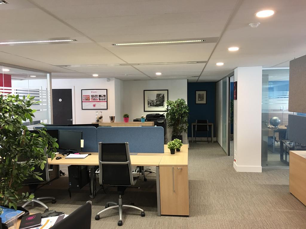 BASE AND CO | Mobilier de bureaux, rénovation, revêtement de sols, cloisons vitrées